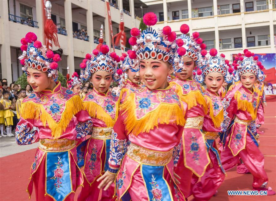 Students of Chengguan Primary School perform Peking Opera during an event in celebration of the International Children\'s Day in Wanrong County of Yuncheng City, north China\'s Shanxi Province, May 31, 2019. (Xinhua/Li Kerong)