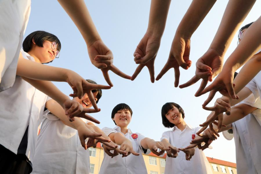 Seniors at a high school in Binzhou, East China\'s Shandong Province, make a V for victory sign to encourage each other ahead of the gaokao, China\'s national college entrance exam, on June 2, 2019. (Photo/Xinhua)