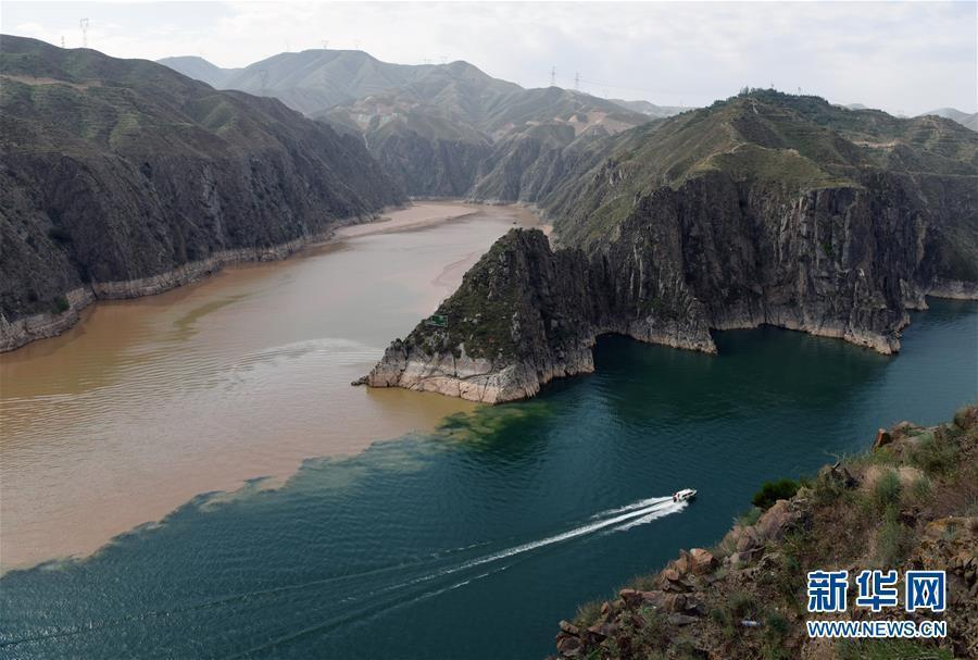 The muddy Yellow River converges with the clearer Taohe River in the Liujiaxia Reservoir in Yongjing County, Northwest China's Gansu Province, June 2, 2019. (Photo/Xinhua)