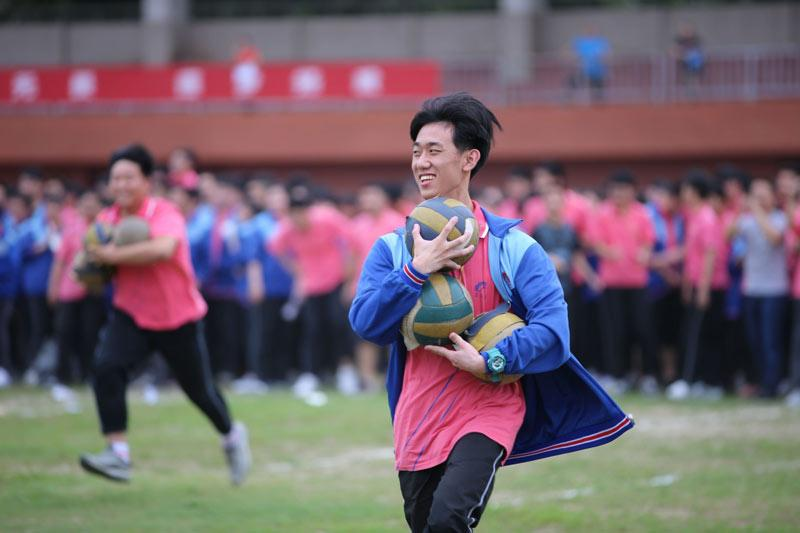 Seniors at a high school in Xiangyang, Central China\'s Hubei Province, participate in a relay to relieve stress ahead of the gaokao on June 2, 2019.  (Photo/Xinhua)