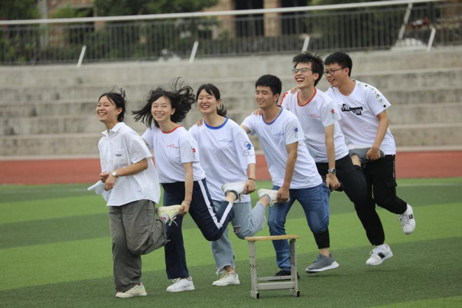 Seniors at a high school in Yongzhou, Central China\'s Hunan Province, play a hopping game to relieve stress ahead of the gaokao on June 1, 2019.  (Photo/Xinhua)