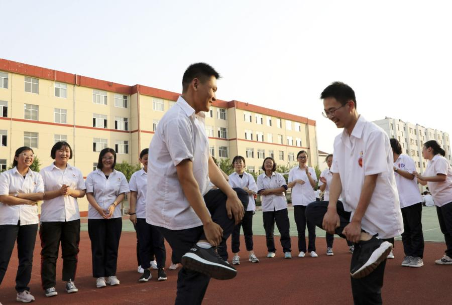 Seniors at a high school in Binzhou, East China\'s Shandong Province, play a \