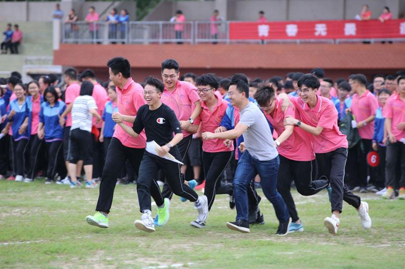 Seniors at a high school in Xiangyang, Central China\'s Hubei Province, participate in a relay race to relieve stress ahead of the gaokao on June 2, 2019. (Photo/Xinhua)