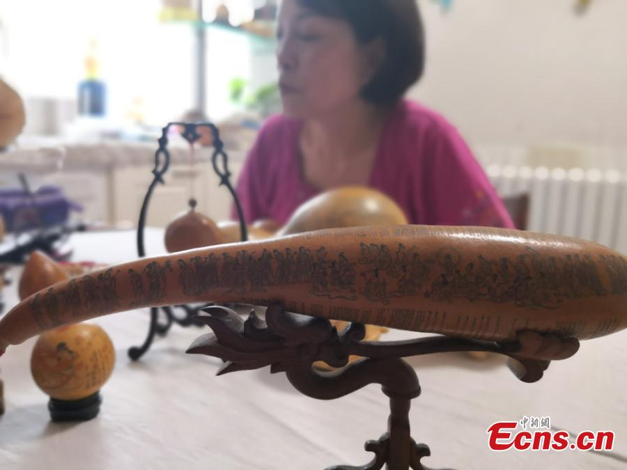 Craftswoman Chen Bing shows gourds she carved in Lanzhou City, Gansu Province in June 2019.  The second generation in her family to make artistic creations on gourds, she carved  characters sometimes just one millimeter in size. (Photo: China News Service/Yang Na)