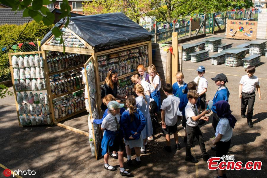 Kids at St Mary\'s RC Primary School enjoy a lesson in their recently built eco classroom made out of plastic bottles filled with plastic waste, also known as \'eco bricks\' in Lancashire, UK. These schoolkids have built their own CLASSROOM out of 3,000 plastic bottles. Pupils at St Mary's RC Primary School in Accrington, Lancashire, turned two tonnes of recycled plastic into 'eco bricks' to build the environmentally friendly area. (Photo/IC)