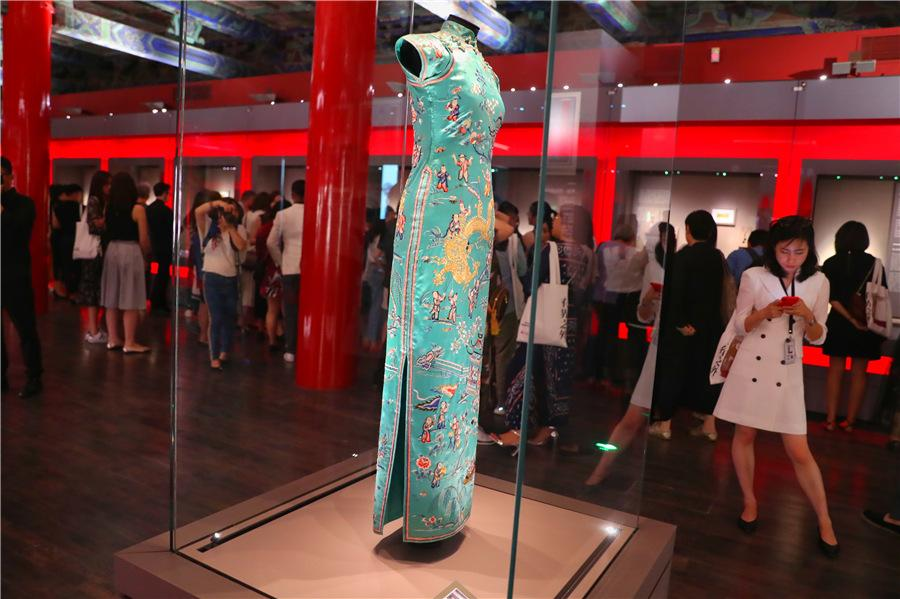 A qipao, which was once owned by Chinese fashion icon Oei Hui-lan, is part of the exhibits. (Photo provided to China Daily)