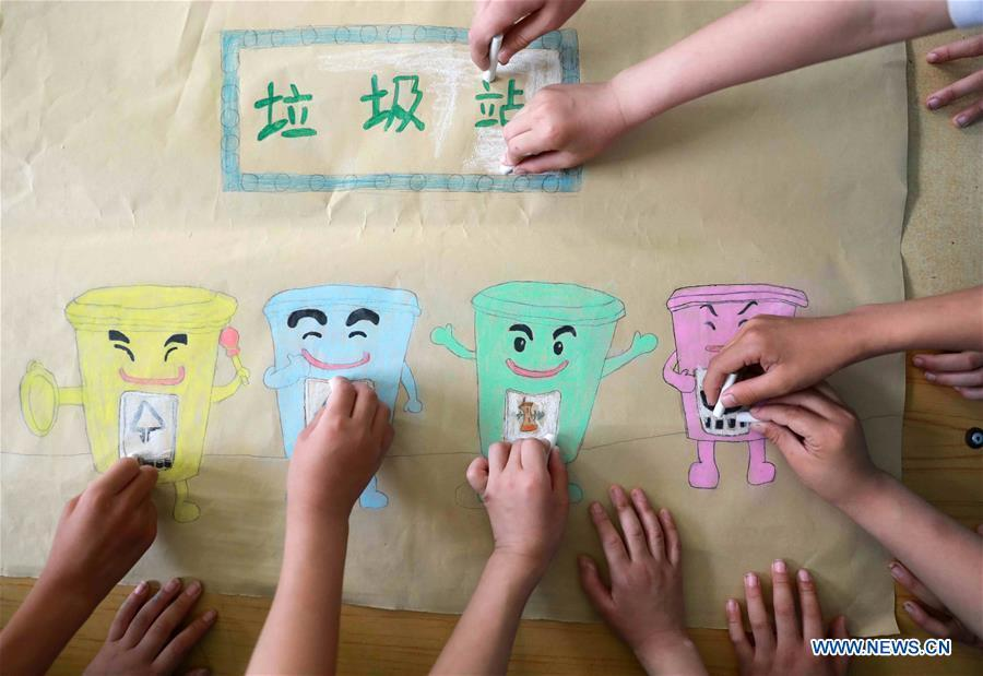 Students make garbage sorting posters in Xingtai, north China\'s Hebei Province, June 4, 2019. Various activities are held across the country to raise people\'s awareness of garbage sorting and help them develop the habit of waste classification. (Xinhua/Song Jie)