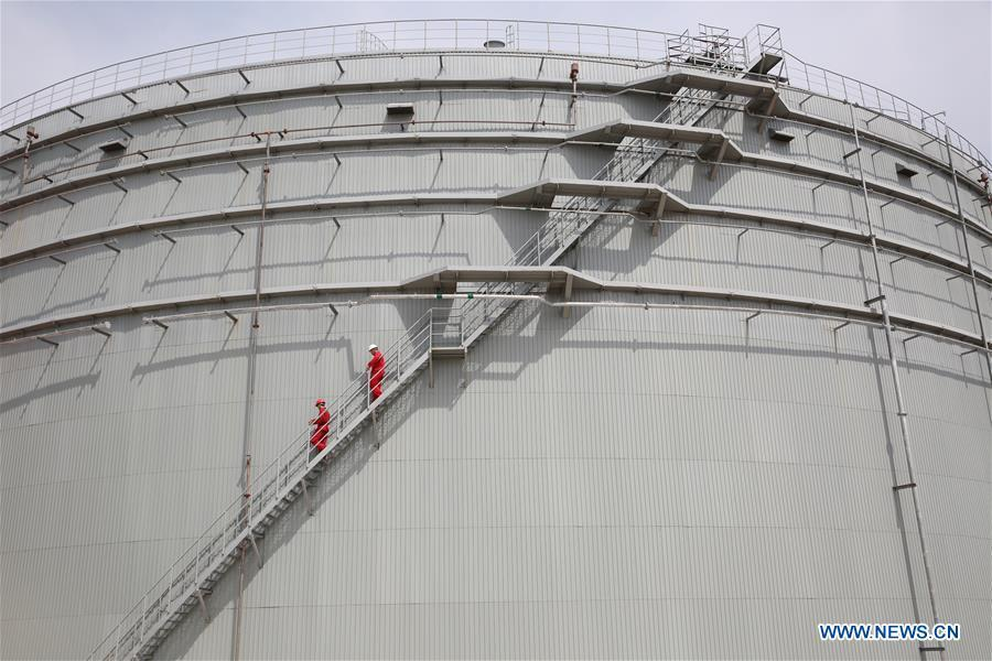 Staff members inspect an oil tank on second line for the China-Russia oil pipeline in Mohe, northeast China\'s Heilongjiang Province, July 9, 2015. (Xinhua/Jin Liwang)