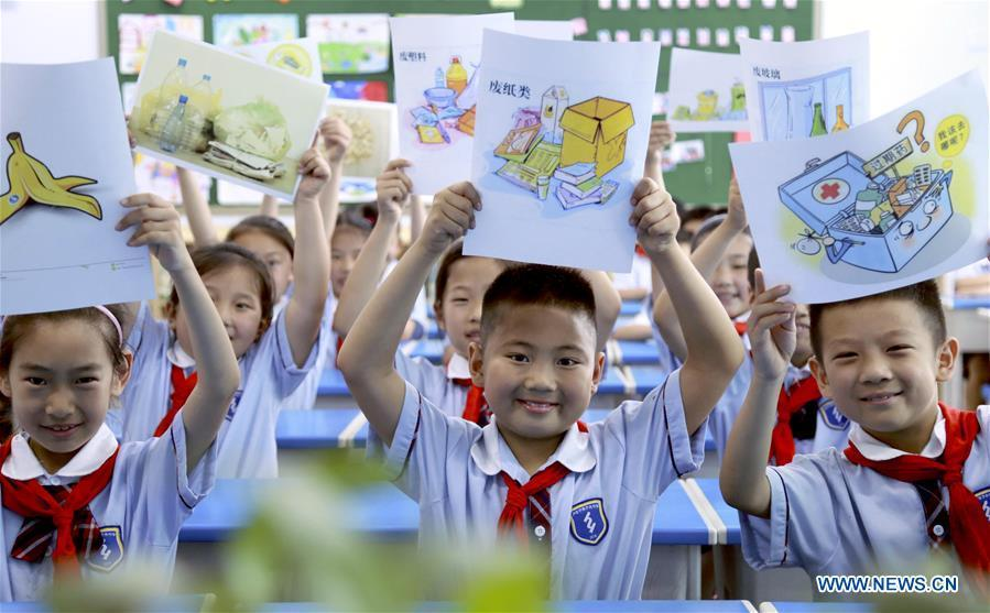 Pupils display the learning materials of garbage sorting at an elementary school in Xingtai, north China\'s Hebei Province, June 4, 2019. Various activities are held across the country to raise people\'s awareness of garbage sorting and help them develop the habit of waste classification. (Xinhua/Zhang Chi)