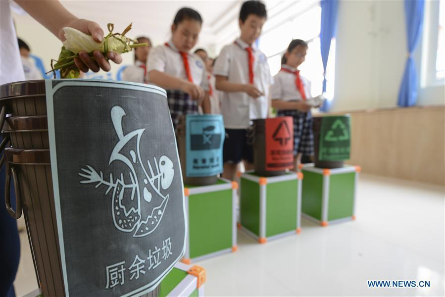 Pupils take part in a garbage-sorting game at an elementary school in Handan, north China\'s Hebei Province, June 4, 2019. Various activities are held across the country to raise people\'s awareness of garbage sorting and help them develop the habit of waste classification. (Xinhua/Wang Hongchao)