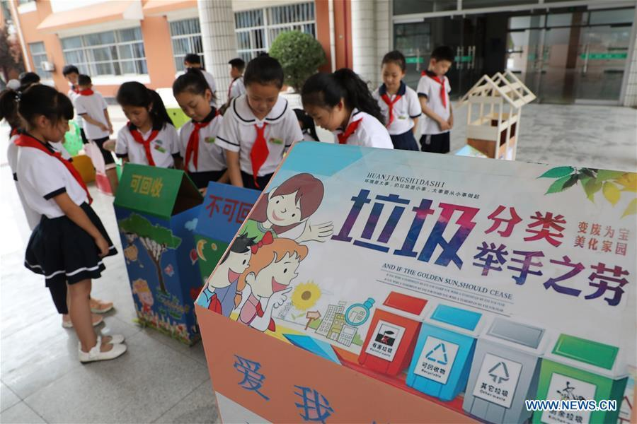 Pupils take part in a garbage-sorting activity at an elementary school in Binzhou, east China\'s Shandong Province, June 4, 2019. Various activities are held across the country to raise people\'s awareness of garbage sorting and help them develop the habit of waste classification. (Xinhua/Chen Bin)