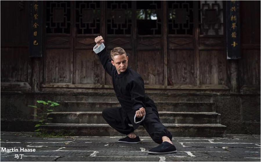 Haase performs tai chi. (Photo provided to chinadaily.com.cn)  Haase first became interested in Chinese medicine when he was in Canada. After graduating from high school, he entered the Oshio College of Acupuncture & Herbology in Victoria. Haase\'s teacher then was from Hunan.  \