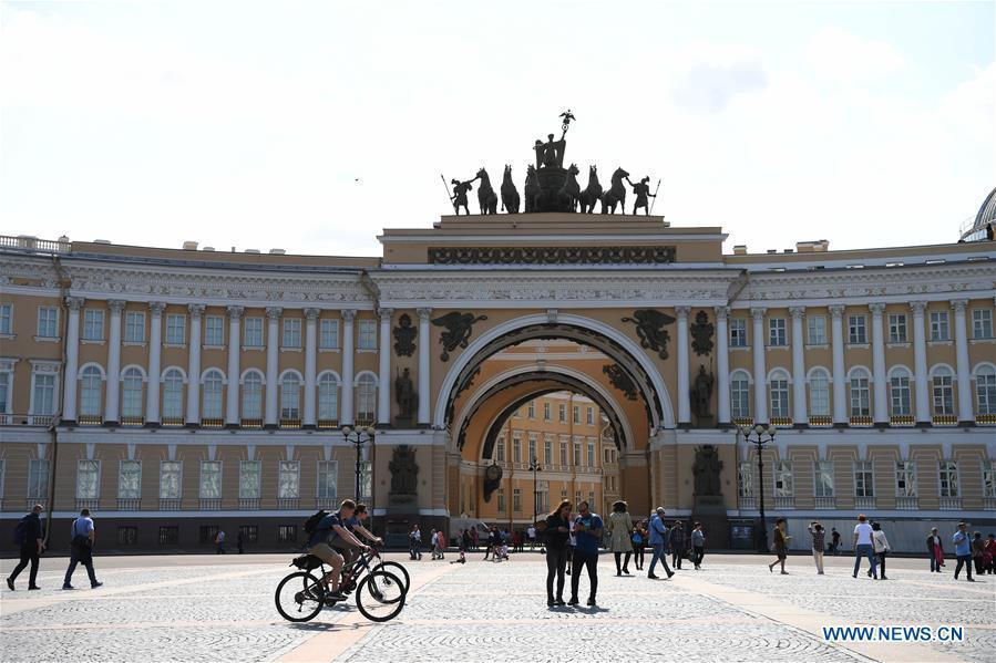 Tourists enjoy themselves at Dvortsovaya Square in St. Petersburg, Russia, June 4, 2019. St. Petersburg is Russia\'s second largest city. (Xinhua/Sadat)