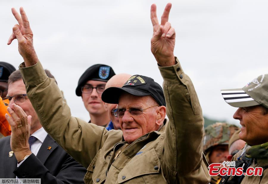 U.S. World War II paratrooper veteran Tom Rice, 97 years-old who served with the 101st Airbone, reacts after a commemorative parachute jump over Carentan on the Normandy coast ahead of the 75th D-Day anniversary, France, June 5, 2019. (Photo/Agencies)