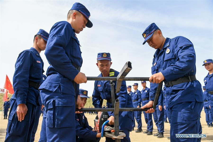 Newly-recruited firemen learn to operate electric clipper during a training in Hohhot, north China\'s Inner Mongolia Autonomous Region, June 5, 2019. Over 1,100 socially-recruited firemen are receiving a six-month training in Hohhot. (Xinhua/Peng Yuan)