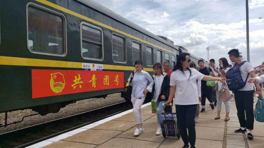 Students and teachers walk toward the train carriages on Wednesday. (Photo provided to chinadaily.com.cn)
