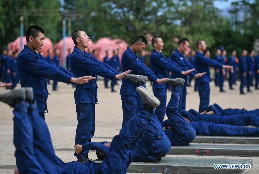 Newly-recruited firemen do physical exercises during a training in Hohhot, north China\'s Inner Mongolia Autonomous Region, June 5, 2019. Over 1,100 socially-recruited firemen are receiving a six-month training in Hohhot. (Xinhua/Peng Yuan)