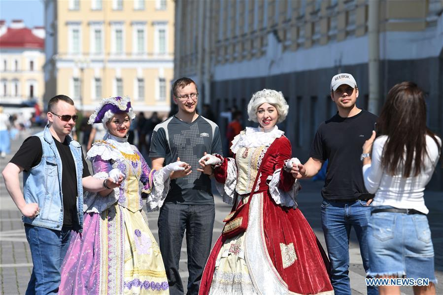 Tourists pose for pictures at Dvortsovaya Square in St. Petersburg, Russia, June 4, 2019. St. Petersburg is Russia\'s second largest city. (Xinhua/Sadat)