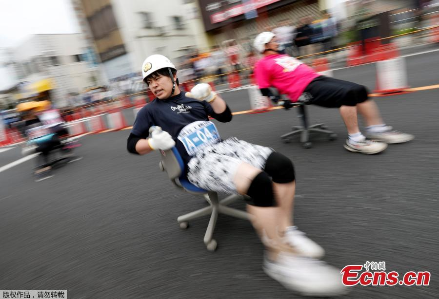 Racers compete during ISU-1 Hanyu Grand Prix, while taking part in the office chair race ISU-1 Grand Prix series, in Hanyu, north of Tokyo, Japan, June 9, 2019. The rattle of tiny plastic wheels echoed through the normally sleepy streets of Hanyu on Sunday morning as the small city 60 kilometers north of Tokyo played host to the Japan office chair 'Isu' grand prix.(Photo/Agencies)