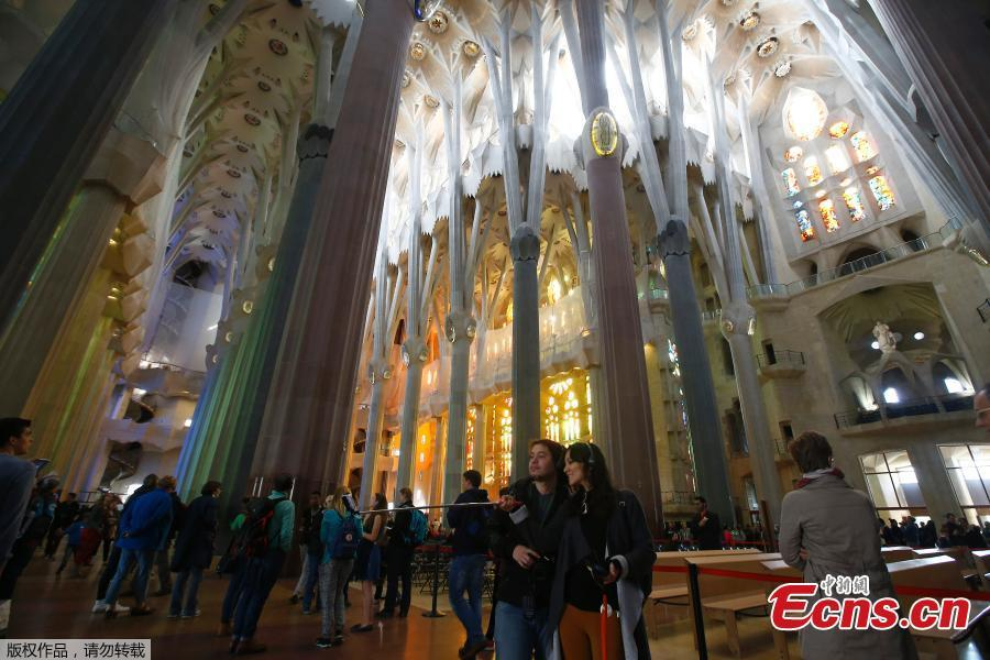 La Sagrada Familia Basilica, which has been under construction in Spain\'s northeastern city of Barcelona for the last 137 years, has finally been granted a building permit. The Spanish seaside city council awarded the license to a committee in charge of finishing construction of the Catholic temple for $5.2 million. (Photo/Agencies)