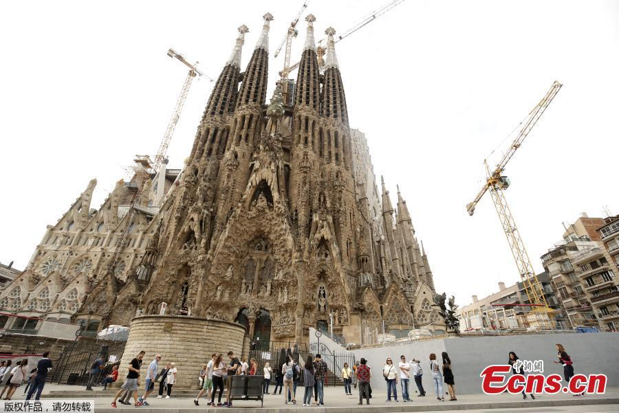In this file photo taken on October 3, 2017 tourists stand outside the Sagrada Familia in Barcelona. Construction of Barcelona\'s Sagrada Familia may have started 137 years ago, but the emblematic basilica only got a building permit on June 7, 2019. The Spanish seaside city council awarded the license to a committee in charge of finishing construction of the Catholic temple for $5.2 million. (Photo/Agencies)