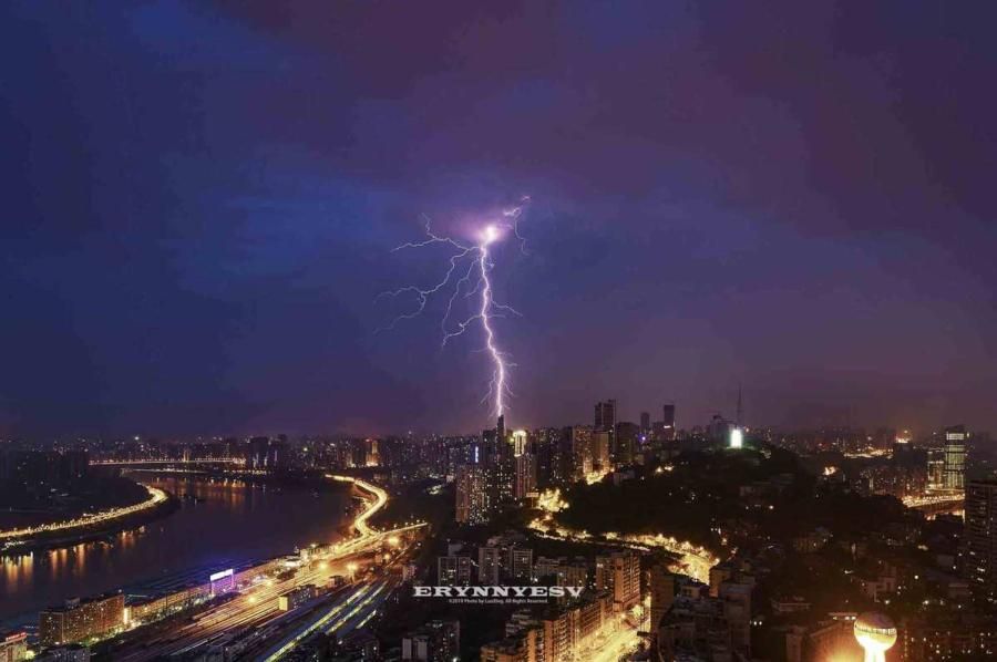 The lightning strike caught by Luo Xing in Chongqing.The lightning strike caught by Luo Xing in Chongqing. (Photo provided to chinadaily.com.cn)