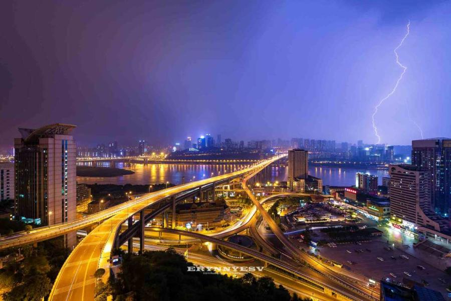 The lightning strike caught by Luo Xing in Chongqing. (Photo provided to chinadaily.com.cn)