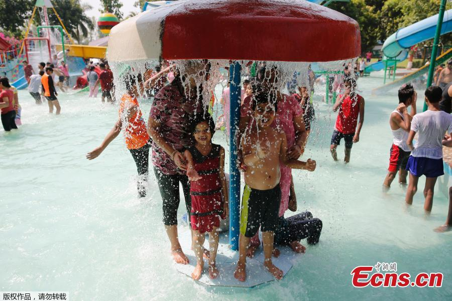 The heatwave in India\'s New Delhi peaked on Monday as the mercury touched a record 48 degrees Celsius, the highest in the history of the national capital. The temperature of 48 degrees Celsius was recorded at the Palam observatory of the Indian Meteorological Department after 3 p.m., which surpassed the previous highest of 47.8 degrees Celsius recorded on June 9, 2014.(Photo/Agencies)