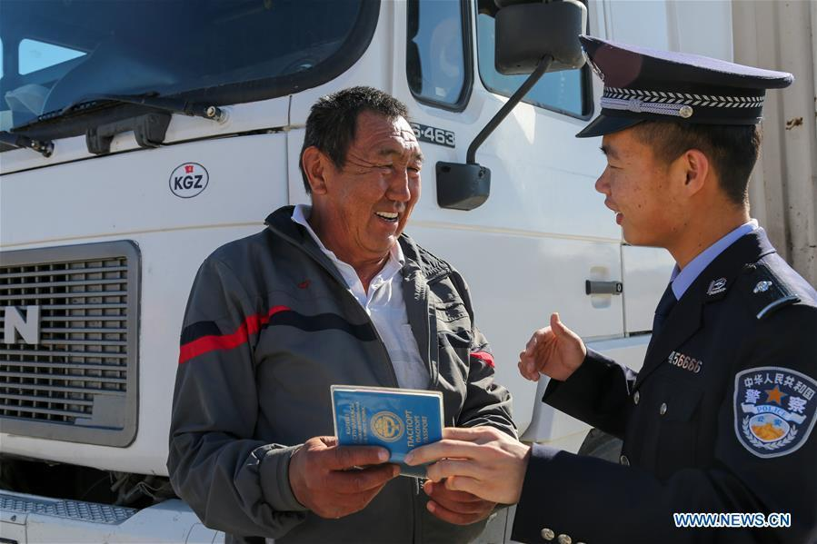 A driver from Kyrgyzstan talks to a policeman at a border inspection station of Irkeshtam port in northwest China\'s Xinjiang Uygur Autonomous Region on June 11, 2019. Irkeshtam is China\'s far west land port open to Kyrgyzstan. (Xinhua/Luo Yang)