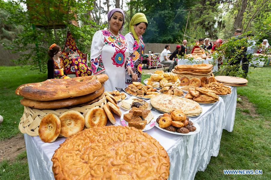 <?php echo strip_tags(addslashes(People display traditional food in Dushanbe, capital of Tajikistan, April 13, 2019. (Xinhua/Bai Xueqi))) ?>