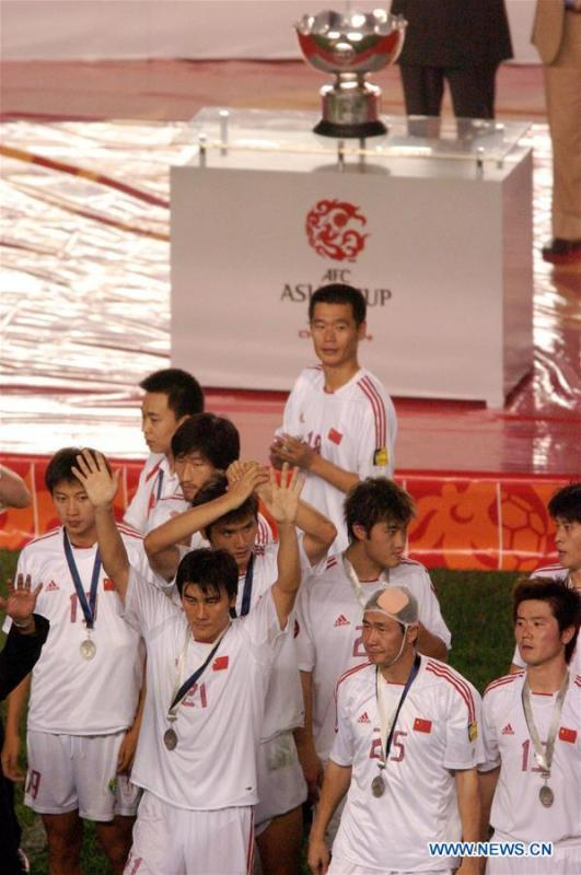 Members of China attend the awarding ceremony after the final match against Japan at the Asian Cup football tournament in Beijing, capital of China, Aug. 7, 2004. China lost 1-3 in the final. This year marks the 70th anniversary of the founding of the People\'s Republic of China (PRC). On April 5, 1959, Rong Guotuan won the champion of the men\'s singles event at the 25th ITTF World Table Tennis Championships in Dortmund, Germany, becoming China\'s first ever world champion. Chinese players have made more achievements during the 60 years since then. (Xinhua Photo/Li Jundong)