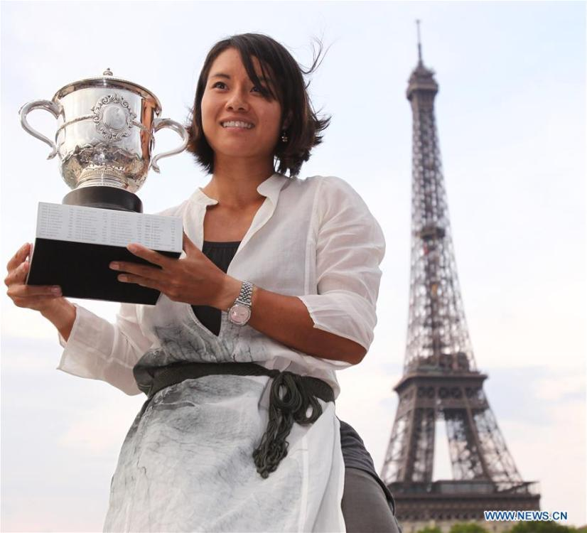 Li Na of China poses with the trophy after claiming the title of the French Open tennis tournament in Paris, France, June 4, 2011. This year marks the 70th anniversary of the founding of the People\'s Republic of China (PRC). On April 5, 1959, Rong Guotuan won the champion of the men\'s singles event at the 25th ITTF World Table Tennis Championships in Dortmund, Germany, becoming China\'s first ever world champion. Chinese players have made more achievements during the 60 years since then. (Xinhua/Gao Jing)