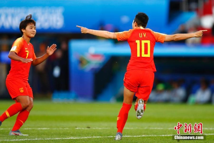 China finally have three points in their name after nipping 1-0 over South Africa, while Australia ruined Marta\'s record day by beating Brazil 3-2 at the Women\'s World Cup on Thursday.Chinese forward Li Ying\'s first-half volley saved the 1999 runners-up from the brink of exit as a lacklustre fixture pit China and the World Cup debutants South Africa in Group B in Paris.With the victory, China extended the aggregate score against South Africa to 29-0 and sent Group B leaders Germany to a secured spot of qualifying to the last 16, while remains hopeful to join the world No. 2 alongside with Spain.(Photo: China News Service/ Fu Tian)