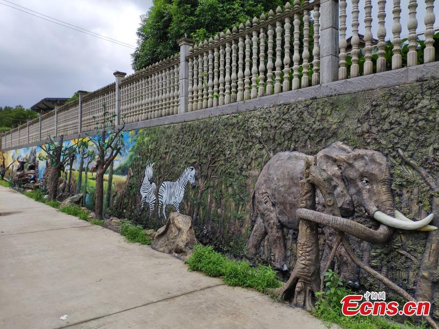 About ten young artists from Uganda have created impressive designs featuring African culture and wildlife including elephants and giraffes in a park in Changsha City, Central China's Hunan Province as part of cooperation project between Hunan and Uganda. (Photo: China News Service/Wang Haohao)