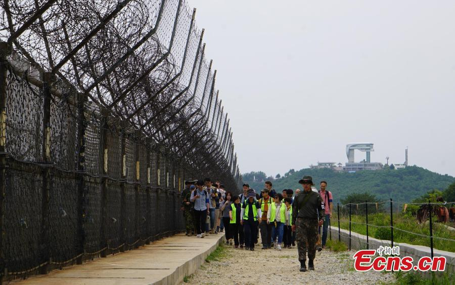 Tourists walk on a hiking trail inside the DMZ, which has divided the Korean Peninsula since the end of the 1950-53 Korean War, in South Korea. (Photo: China News Service/Zeng Ding)