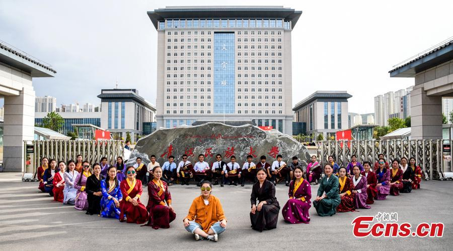 Graduates at Qinghai Nationalities University in Xining City, Qinghai Province relax into their own poses for graduation photos. The university held its graduation ceremony on Monday. (Photo provided to China News Service)
