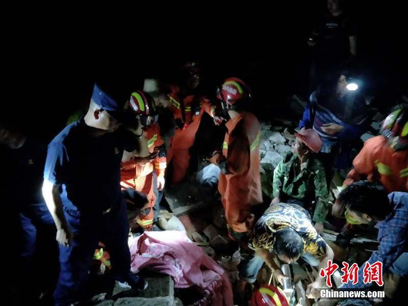 Rescue workers, along with local residents, try to save people buried under the rubble, after an earthquake hit Changning county of Yibin city, Southwest China\'s Sichuan province, June 18, 2019. (Photo provided to China News Service)