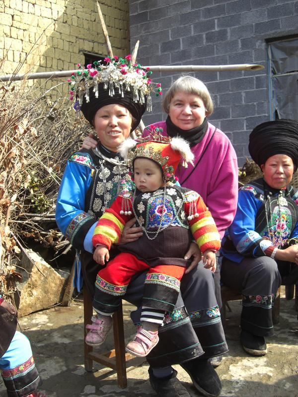 Dorothy Lacy poses with locals in Fenghuang county in 2009. (Photo provided to chinadaily.com.cn)