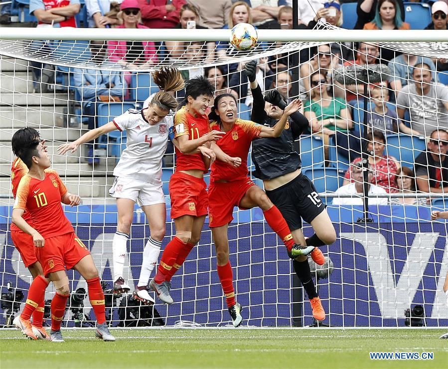 China\'s goalkeeper Peng Shimeng (1st R) makes a save during the Group B match between China and Spain at the 2019 FIFA Women\'s World Cup in Le Havre, France, June 17, 2019. The match ended in a 0-0 draw. Both teams advanced into the knockout stage. (Xinhua/Ding Xu)