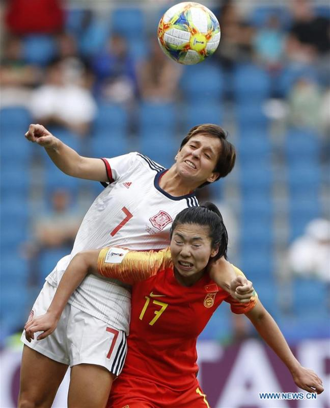 Marta Corredera of Spain (L) vies with Gu Yasha of China during the Group B match between China and Spain at the 2019 FIFA Women\'s World Cup in Le Havre, France, June 17, 2019. The match ended in a 0-0 draw. Both teams advanced into the knockout stage. (Xinhua/Ding Xu)