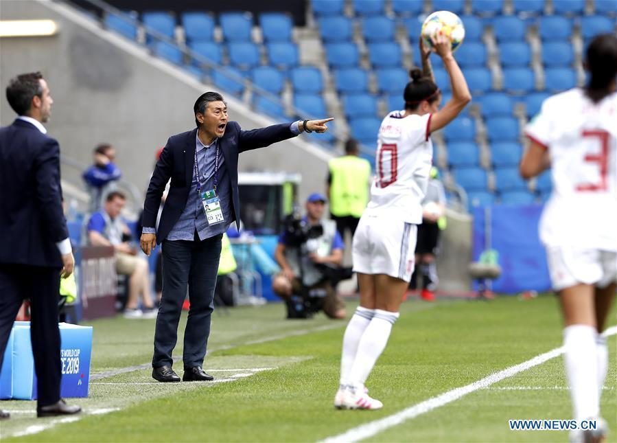 China\'s head coach Jia Xiuquan (2nd L) shouts instructions to his players during the Group B match between China and Spain at the 2019 FIFA Women\'s World Cup in Le Havre, France, June 17, 2019. The match ended in a 0-0 draw. Both teams advanced into the knockout stage. (Xinhua/Ding Xu)