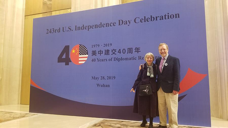 Paul and Dorothy Lacy attend the US Consulate\'s celebration of the 40th anniversary of the establishment of China-US diplomatic relations in Wuhan, Central China\'s Hubei province, on May 28, 2019.  (Photo provided to chinadaily.com.cn)