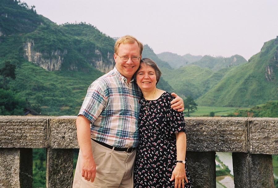 Paul and Dorothy on road to Laershan in 2002. (Photo provided to chinadaily.com.cn)
