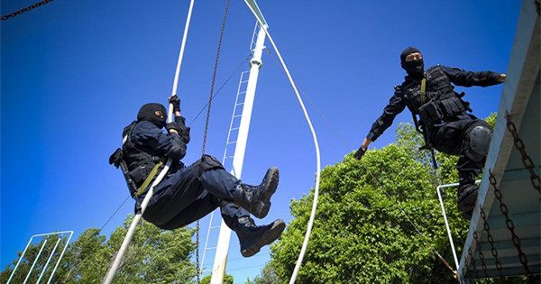 'Flying Tiger' policemen train intensively in Xinjiang