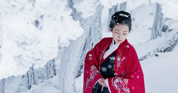 Woman shows beauty of Han clothes in snow world