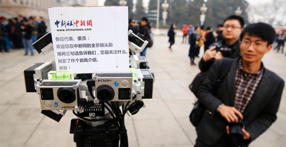 Reporters use new equipment for CPPCC session