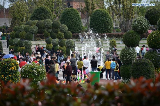 Tourists have a trip at a park during the Qingming Holiday, a three-day holiday for the Tomb-Sweeping Day, in Fuzhou, east China's Jiangxi Province, April 3, 2017. (Xinhua/Peng Zhaozhi)