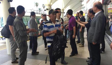 Chinese crewmen hijacked in Somali back home