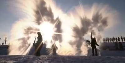 A thousand people play 'splashing-water-into-ice' game in northernmost China