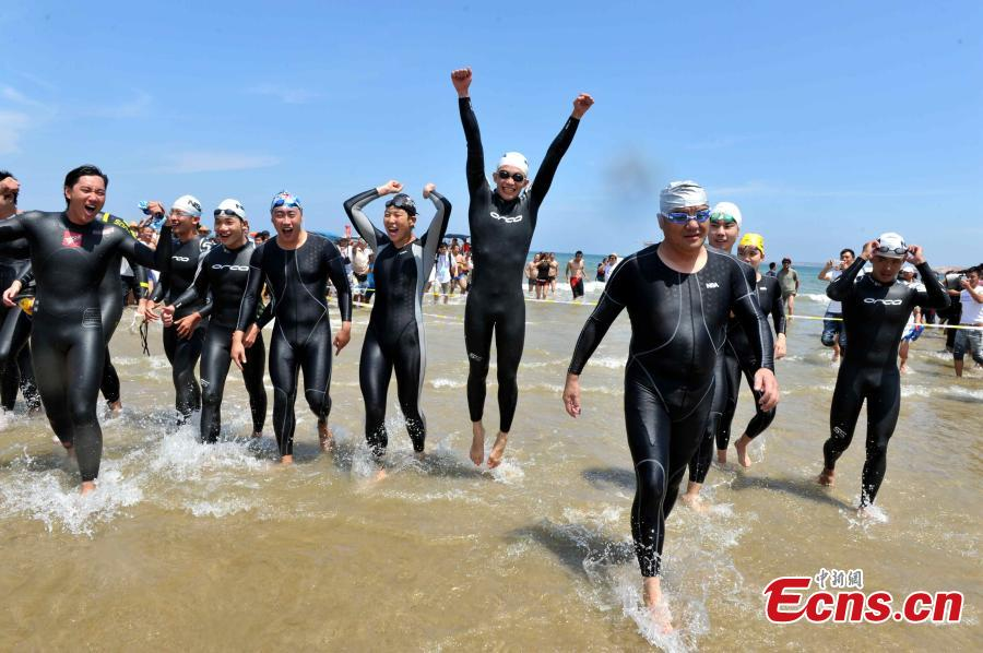 14 swimmers successfully swim across Taiwan Strait